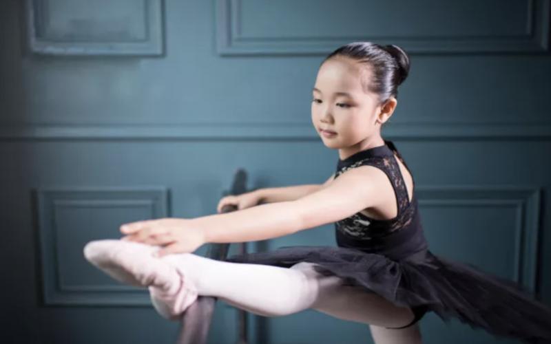 基本功|练习中如何正确压腿?